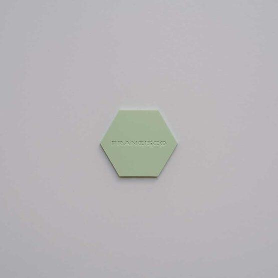 Marcasitio hexagono de metacrilato personalizado, detalle