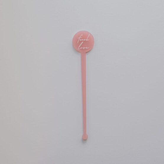 Detalle agitador rosa para bebidas