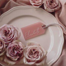 Marcasitio fabricado en metacrilato rosa personalizado