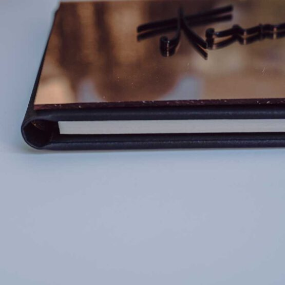 Album efecto espejo oro rosa y negro detalle