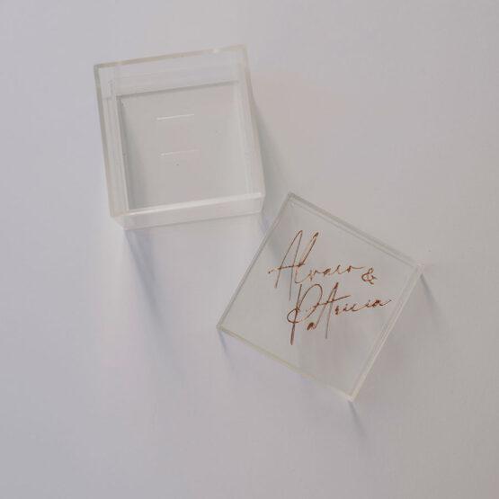 Caja porta alianzas metacrilato, letras en relieve